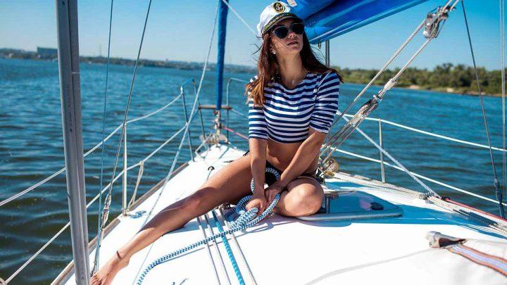 Девушка на парусной яхте