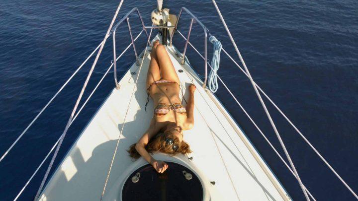 Солнечные ванны на яхте