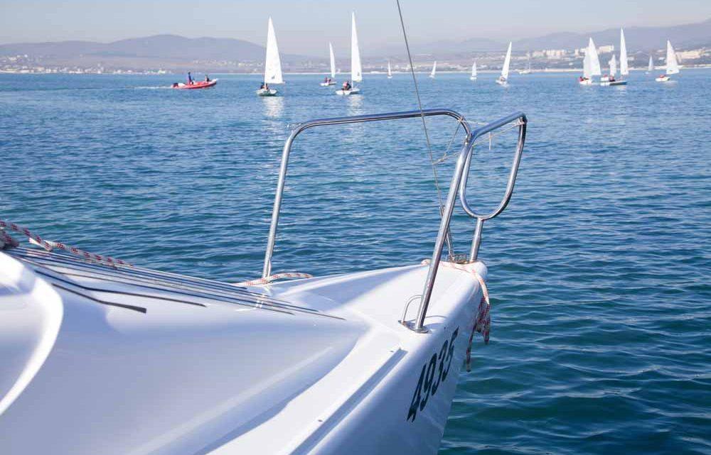 Белый катер в море