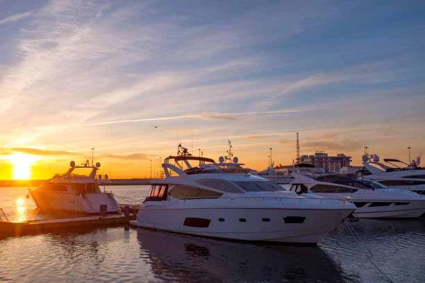 В порту яхта на закате